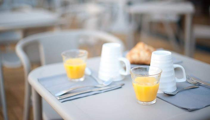 Petit-déjeuner en terrasse de l'hôtel Campanile Limoges Centre-Gare