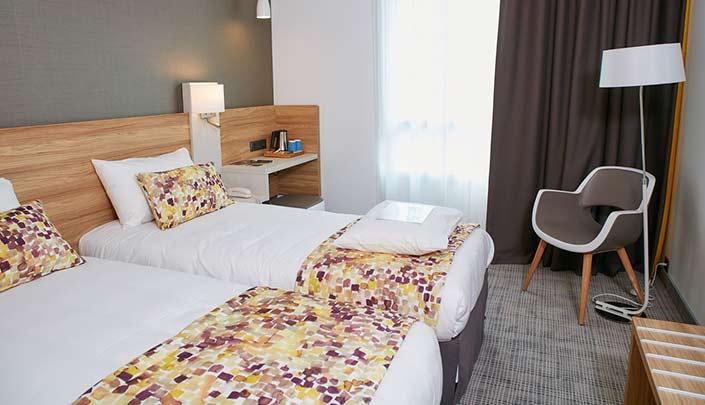 Chambre lits-jumeaux de l'hôtel Kyriad Pontarlier