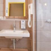 Salle de bains de l'hôtel Kyriad Pontarlier