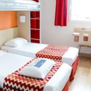 Chambre quadruple de l'hôtel Kyriad Rouen Sud - Val de Reuil