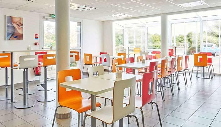 Salle du petit-déjeuner de l'hôtel Kyriad Rouen Sud - Val de Reuil